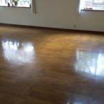 床のワックス塗り作業